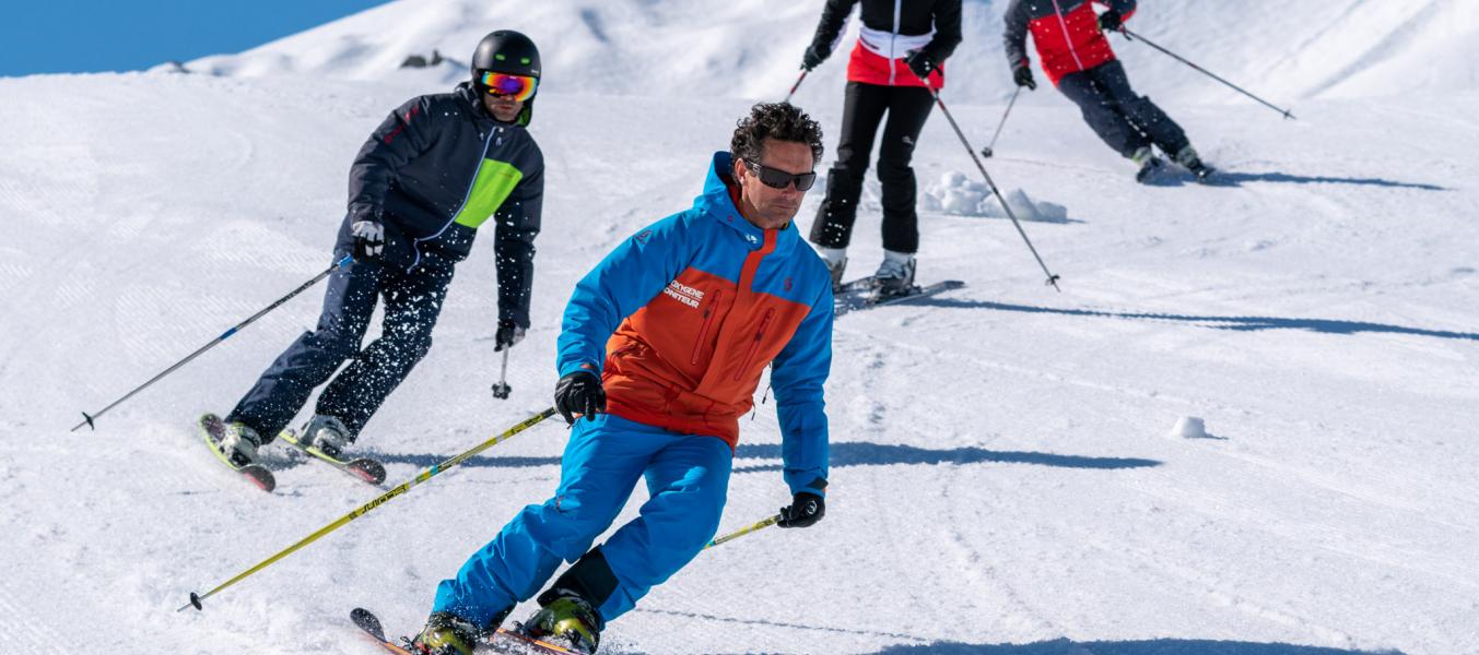 Groupe de bon skieurs avec un moniteur Oxygène