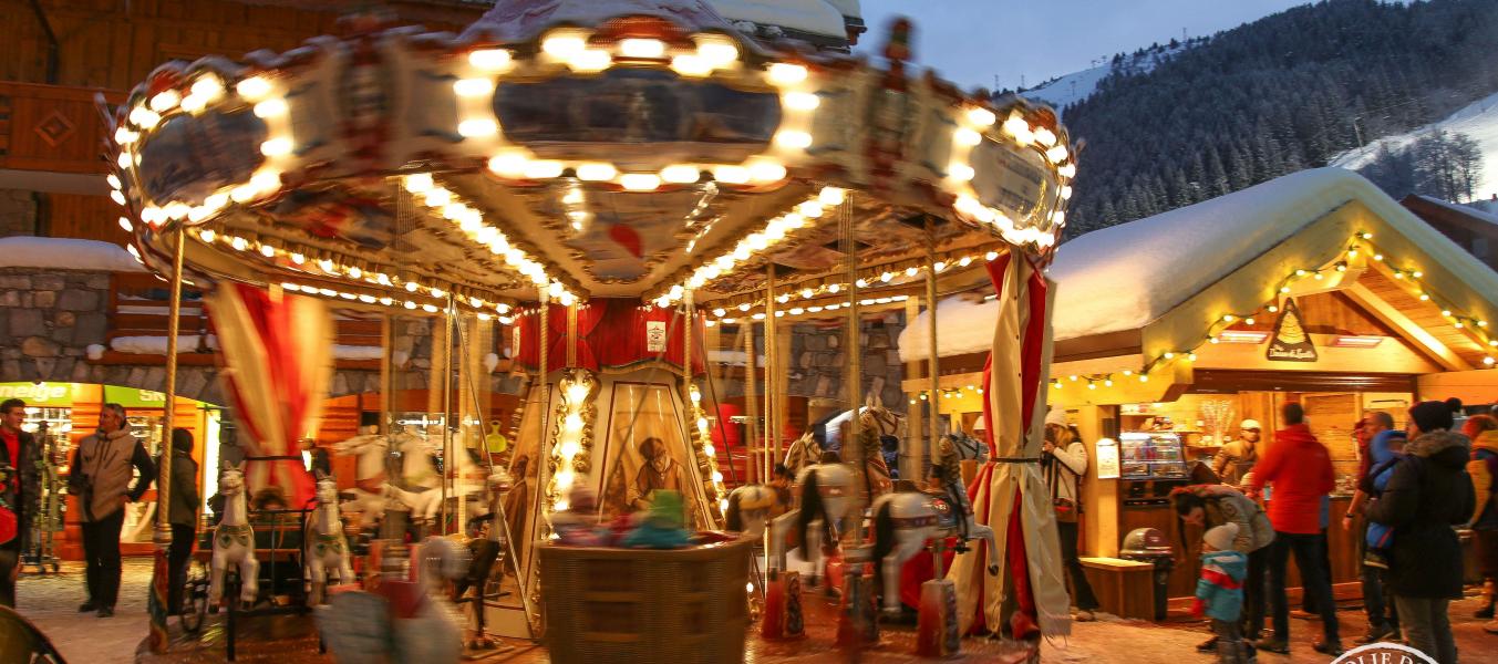Carrousel style 1900 situé à la Caudanne, à coté de Chez Denise et Lucette pour déguster des crêpes, glaces confiserie ou sandwich. Manège enfant et adulte, chevaux, voiture de pompier, avion, montgolfière et divers sujet.