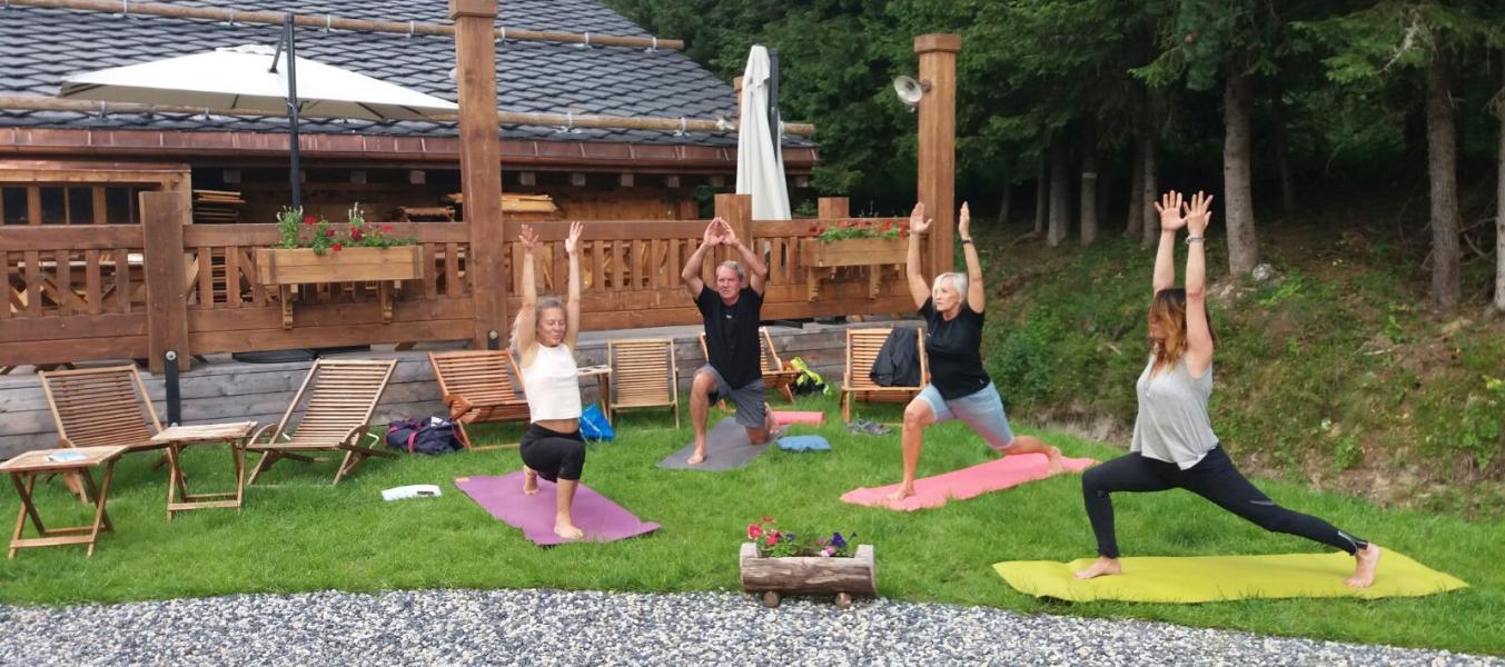 Yoga sur l'herbe au Clos Bernard spécial zen altitude