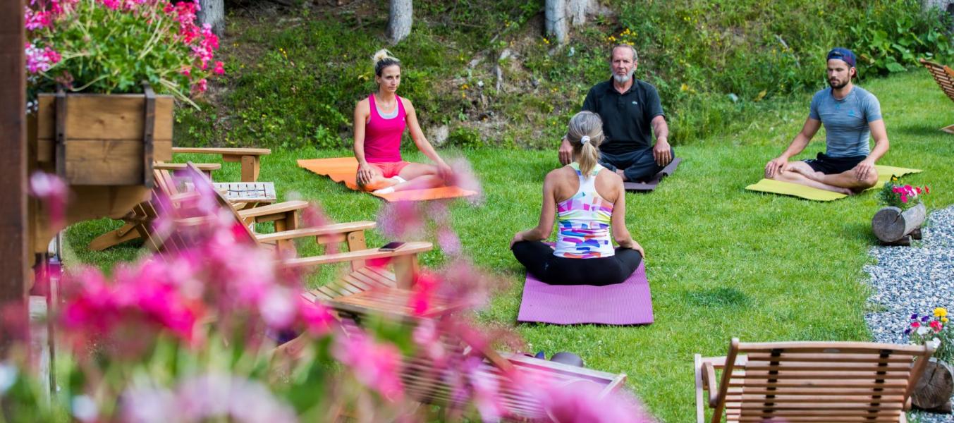 Yoga sur l'herbe au Clos Bernard