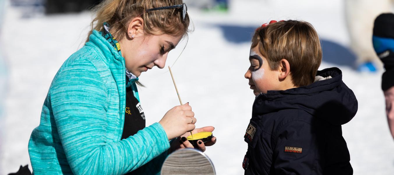 Un garçon au maquillage sur le village des Inuits