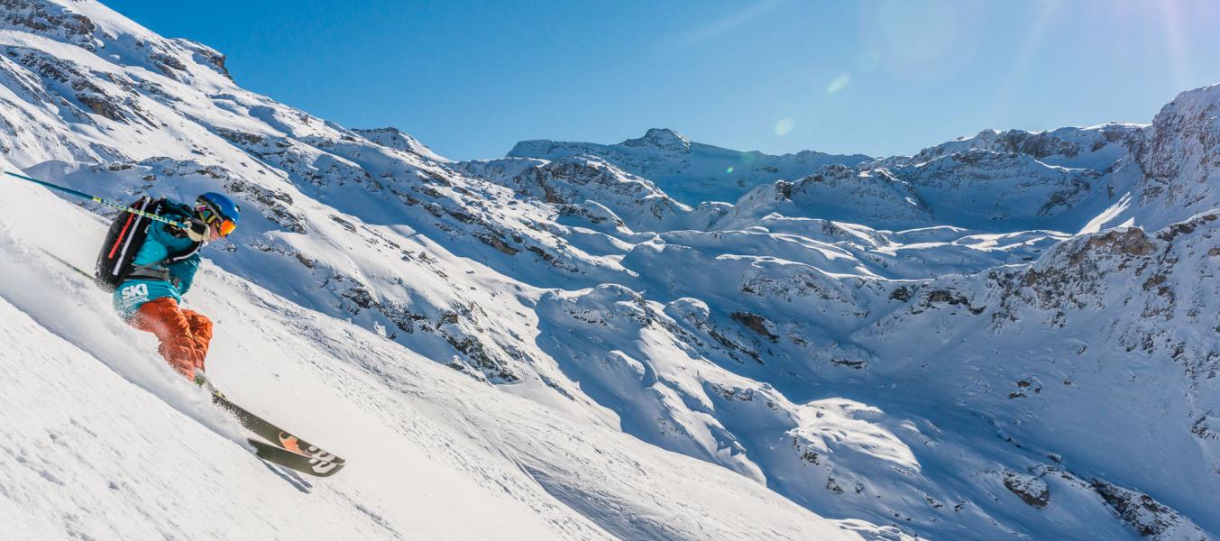 Moniteur Oxygène pratiquant le ski hors piste