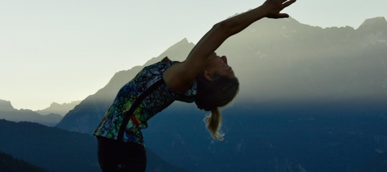 Yoga en altitude sur la terrasse de l'Arpasson