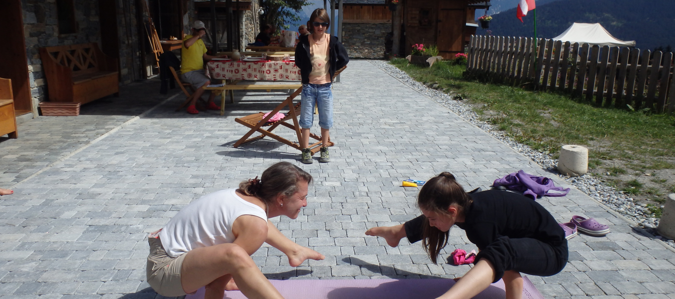 Yoga grasse mat' sur la terrasse du R&M à Mottaret