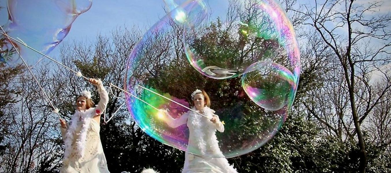 Déambulation en échasses et bulles géantes