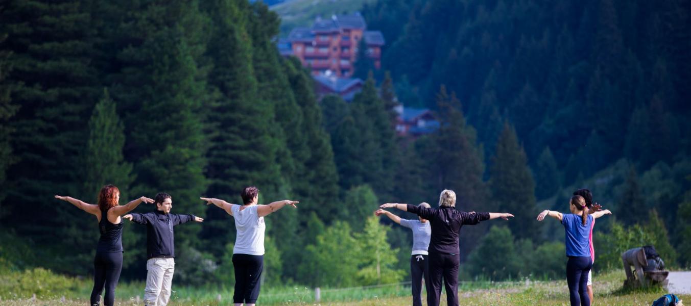 Yoga matinal au lac de Tueda